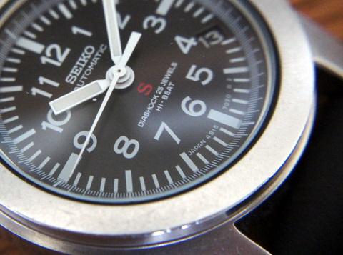 89874c1799 ケース径34mm(りゅうず含まず)くらいかな? 小ぶりな時計です。
